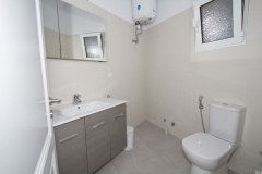 Bedroom's 5 bathroom with shower