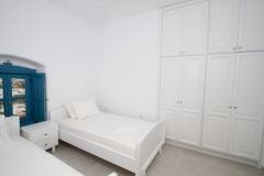 Bedroom 3 lower floor with 2 single beds (92x200)-ceiling ventilation